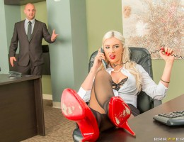 Gigi Allens\'s boss was so fed up with her watching porn videos all day he chained her to her desk to make sure she got her work done. But he didn\'t bank on Gigi\'s kinky streak, and her loving every minute of it. When Ramon walked in, she persuaded him